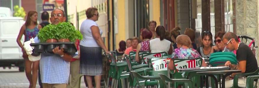 People eating and drinking in Albatera